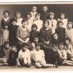 Nauczycielki i uczniowie szkoły podstawowej, l. 30. XX w.[zb. > K.Rozentala]