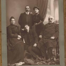Rodzina Rozentalów, w środku Michał Rozental, późniejszy lekarz wojskowy, pocz. XX w.[zb. K.Rozentala]