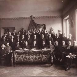 Tymczasowa Rada Miasta Suwałki, w pierwszym rzędzie 5. od lewej T. Noniewicz, w drugim rzędzie 2. od lewej J.Adelson [zb.J.Adelsona]